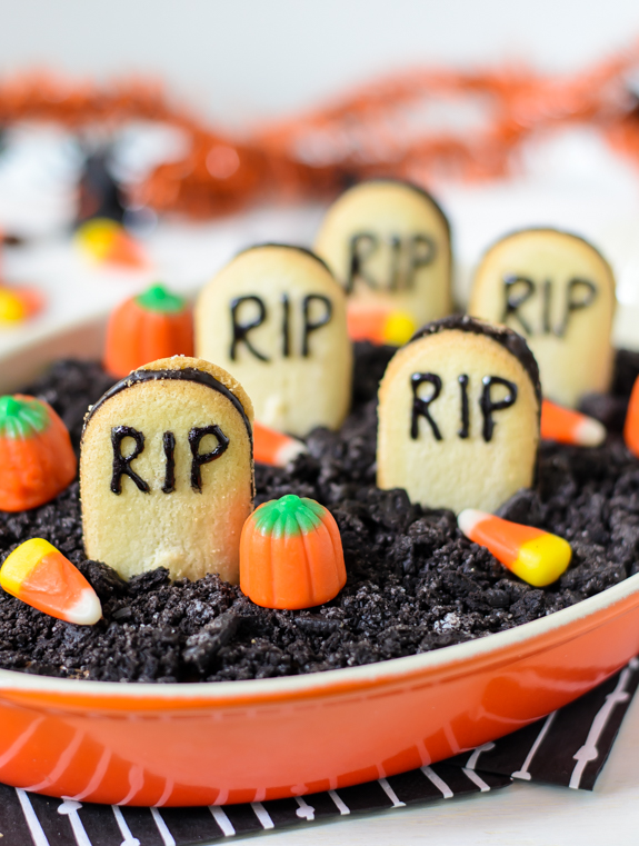 halloween-chocolate-cheesecake-dip-tastes-just-like-a-chocolate-cheesecake-with-oreos-on-top